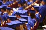 studenci w czapkach