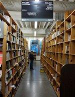 pomiędzy półkami w bibliotece