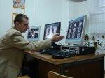 lekarz przy monitorach
